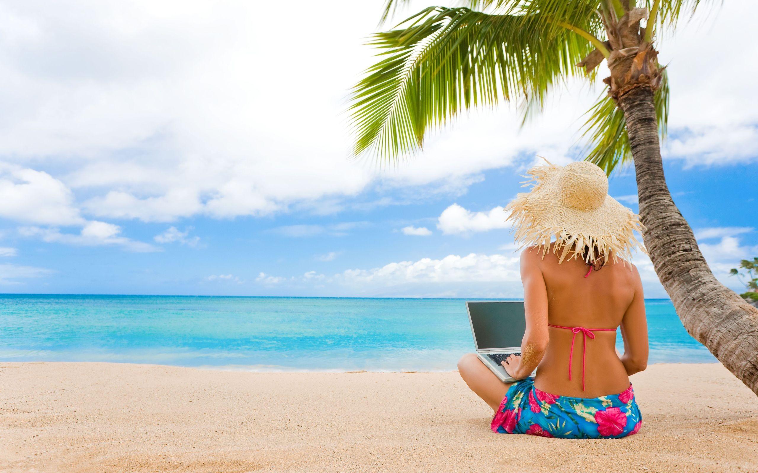 chica-con-laptop-en-playa-1314